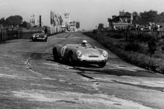 Herbert Linge lenkt seinen Porsche 550RS in die Südkehre. Hinter ihm mit der Startnummer 3 der Portugiese Joaquim Felipe Nogueira ebenfalls auf Porsche 550RS (Archiv Linge)