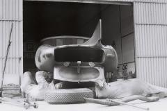 Mechaniker schrauben an einem Jaguar D Type im Fahrerlager (Archiv Völker-Richarz)