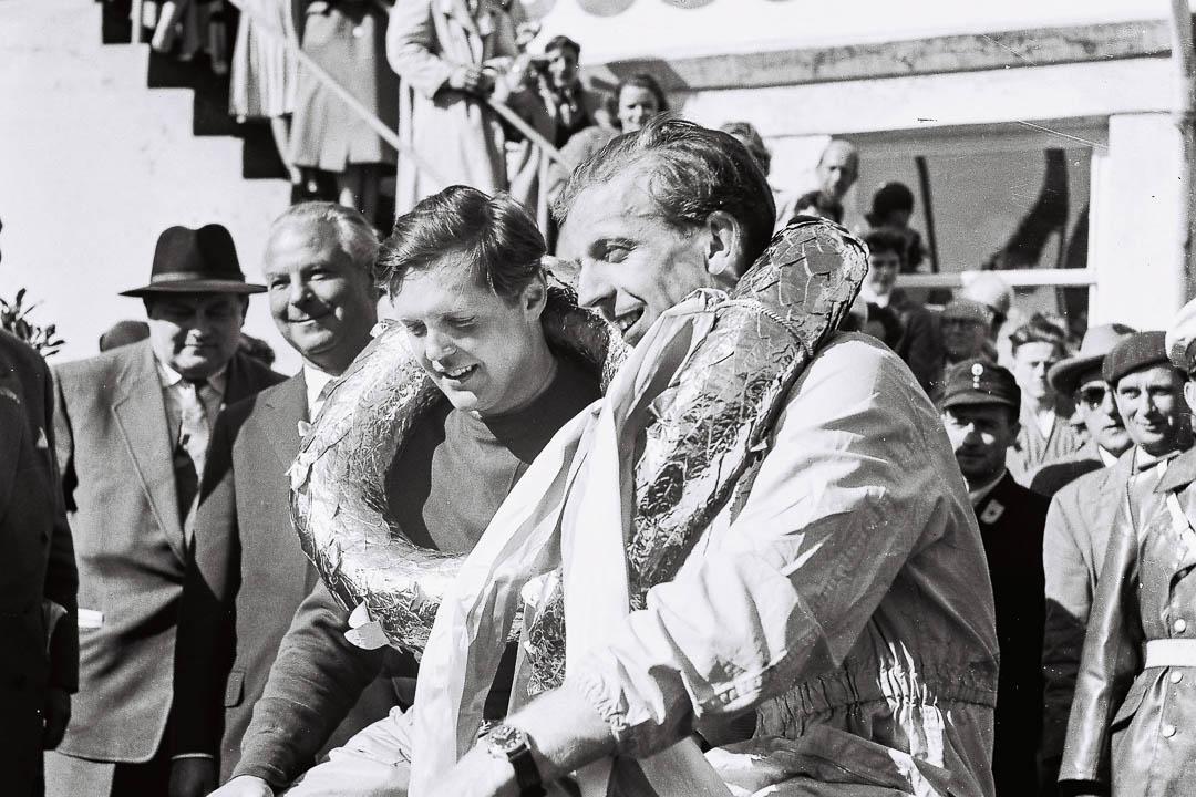 Glückliche Sieger: Ehrenrunde für Noel Cunningham-Reid und Tony Brooks. Foto: Archiv Völker-Richarz
