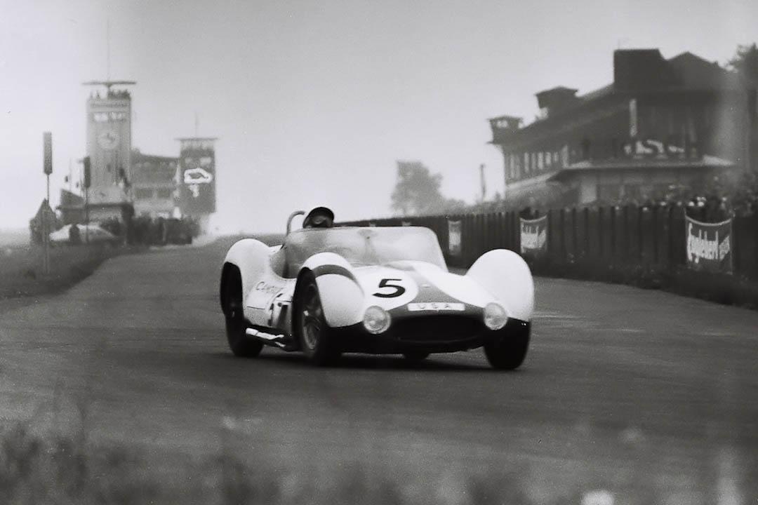 """Stirling Moss im """"Vogelkäfig""""-Maserati bei der Einfahrt in die Südkurve (Archiv Völker-Richarz)"""