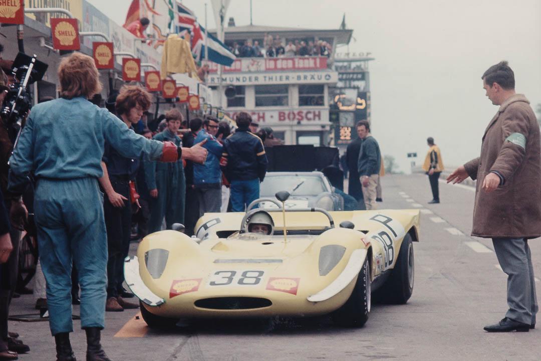 Einer der zahlreichen britischen Prototypen, die bis in die 1970er hinein die Starterfelder bereicherten: der Daren-Ford Mk2 von Jeremy Richardson und Alistair Cowin an den Boxen. Foto: Archiv Joscelyne
