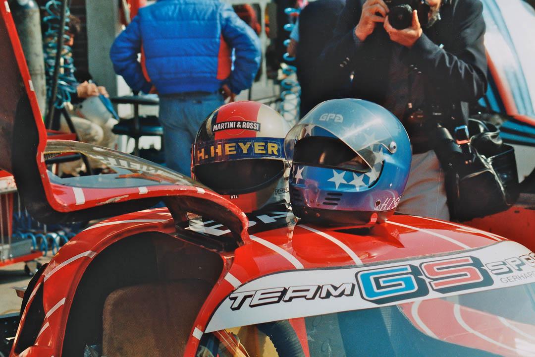 Die Helme von Hans Heyer und Hans-Joachim Stuck abgelegt auf ihrem Einsatzfahrzeug von 1982, einem Sauber-Ford C6. Foto: Udo Klinkel