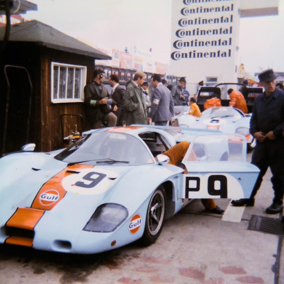 Die beiden Mirage des John Wyer Teams in den Gulf Farben vor dem Start an den Boxen. Beide Fahrzeuge sind noch vor Rennhälfte ausgefallen.