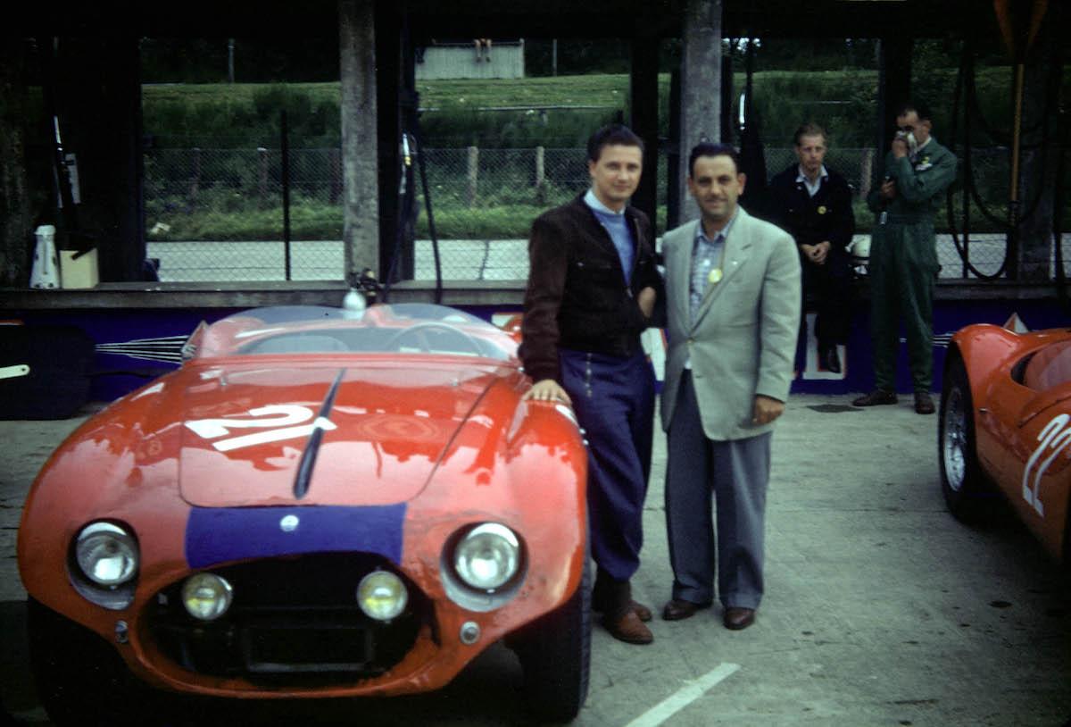Hans Herrmann und sein amerikanischer Co-Pilot Jack McAfee neben ihrem Maserati an den Boxen (Archiv McAfee)