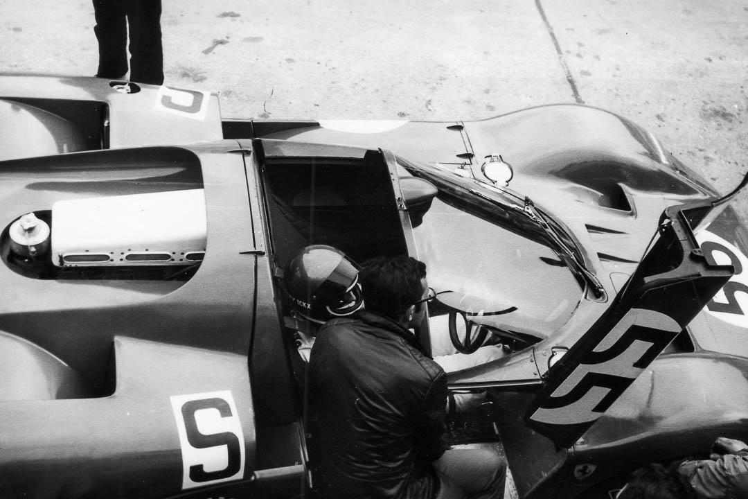 Jacky Ickx im Ferrari 512S beim Rennen 1970. Der Belgier konnte aufgrund einer Verletzung allerdings nicht am Rennen teilnehmen. Das Auto mit der Nummer 55 wurde von John Surtees und Nino Vaccarella auf den dritten Gesamtrang gefahren. Foto: Udo Klinkel