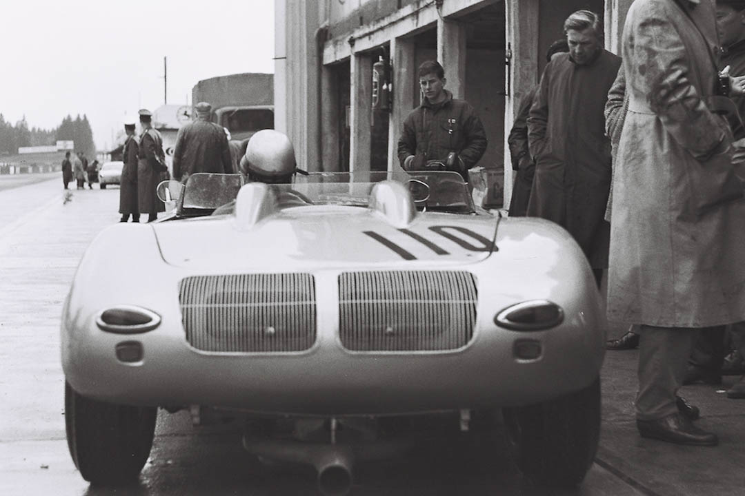 Hans Herrmann im Porsche Spyder an den Boxen (Archiv Völker-Richarz)