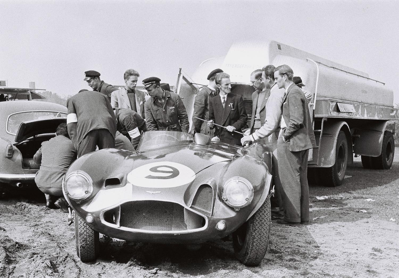 Der Aston Martin von Peter Collins und Tony Brooks im Industrielager (Archiv Völker-Richarz)