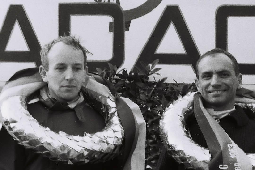 Die Sieger - John Surtees und Willy Mairesse (Archiv Völker-Richarz)