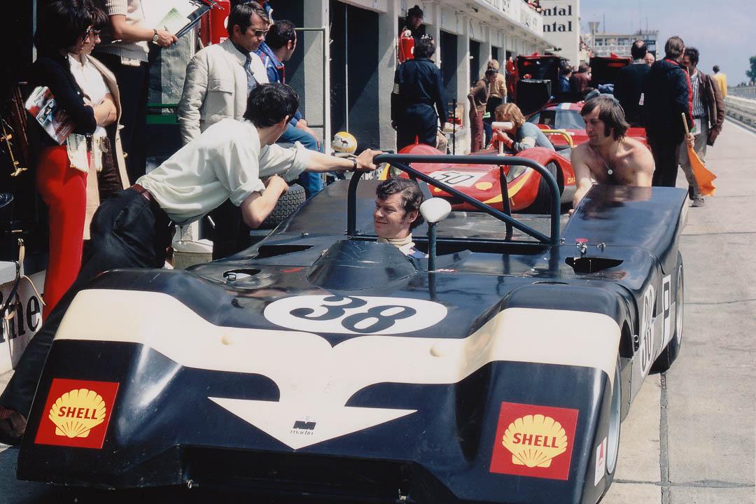 Peter Gaydon mit seinem Martin-Ford BM8 an den Boxen. Foto: Archiv Joscelyne