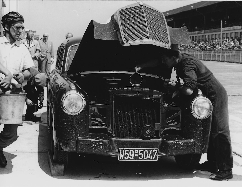 Dem Mercedes-Benz 220S von Erwin Bauer und Walter Heeks ist dasKühlwasser ausgegangen (Archiv Völker-Richarz)