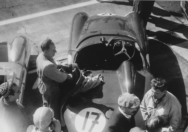 Ein Außenseiter an den Boxen: der Ferrari 750 Monza von Antonio Creus und Freddy Rousselle. (Archiv Völker-Richarz)